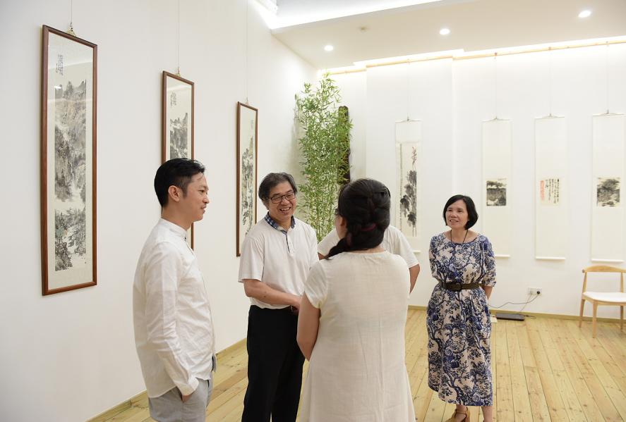 胡江老师(左二)与大家亲切交流