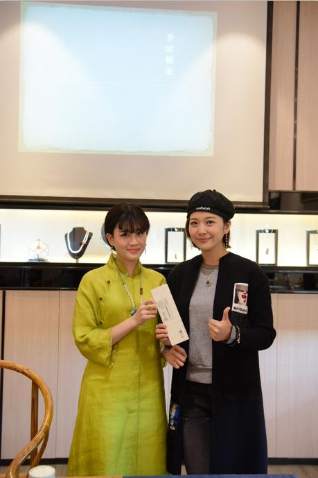 东南卫视主持人陈姿(右)与王婷老师合影